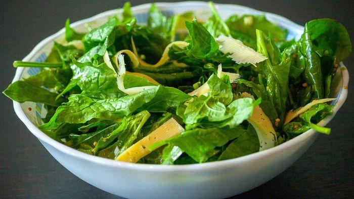 Свежий шпинат в салате
